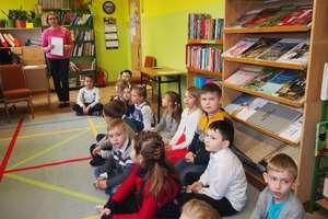 Pierwsza wizyta w bibliotece szkolnej uczniów klasy pierwszej