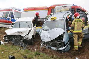 Czołowe zderzenie taksówki i mercedesa. Droga jest zablokowana [ZDJĘCIA]