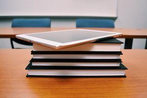Które szkoły i do kiedy pracują zdalnie lub hybrydowo? Najnowsze dane