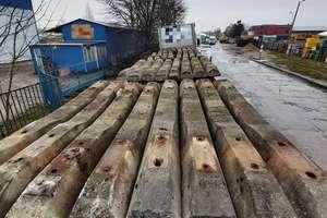 Niebezpieczny transport podkładów kolejowych zatrzymany w Olsztynie