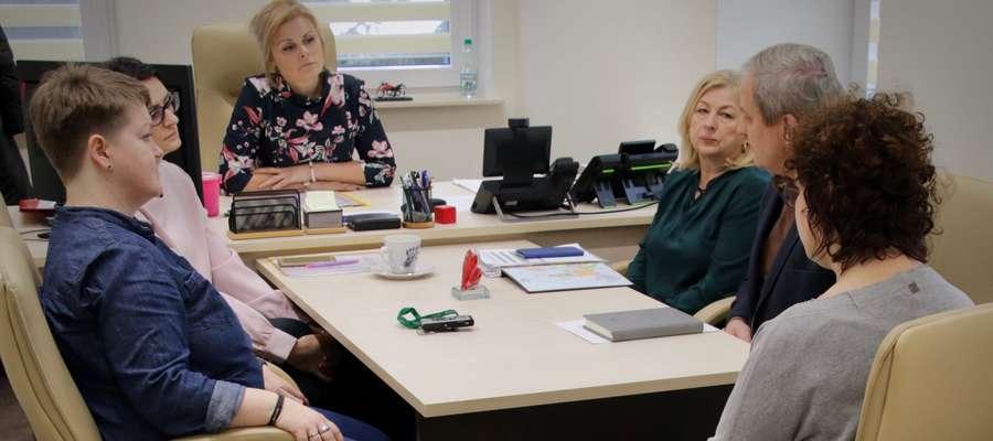 Spotkanie niewidomej Katarzyny Tomasiak z urzędnikami