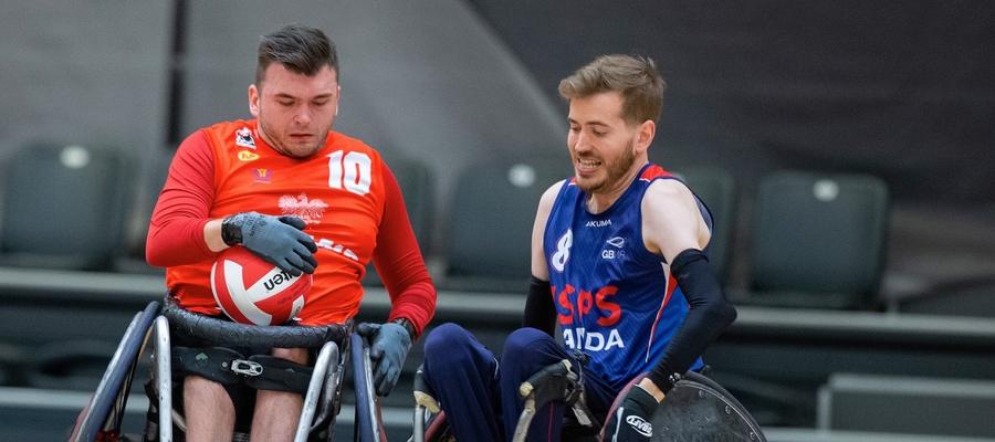 Iławianin Łukasz Rękawiecki (na zdjęciu z lewej strony), bohater felietonu trenera Pawła Hofmana, trenuje koszykówkę oraz rugby na wózkach