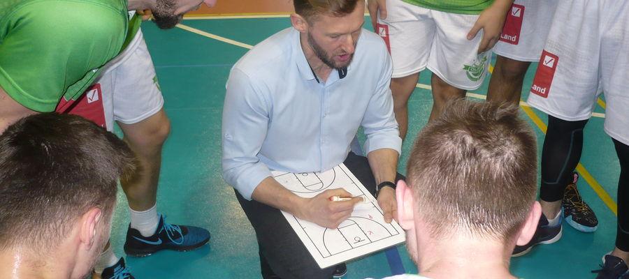 Trener Tomasz Małek i jego podopieczni w przerwie olsztyńskiego spotkania z Basketem Kwidzyn