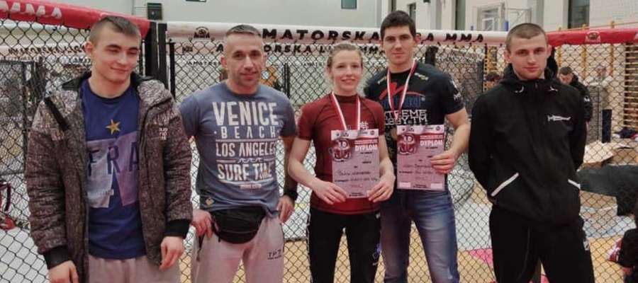 Ekipa MMA Team Ostróda, z dyplomami Paulina Wiśniewska i Alan Szymański