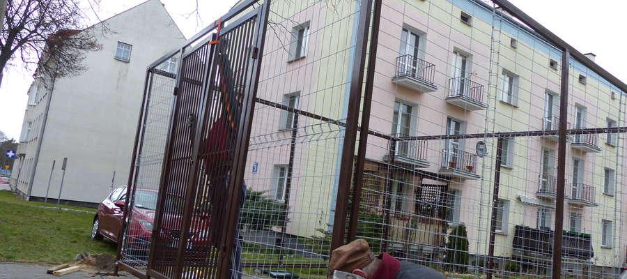 Tę wiatę montowano przy samej ulicy Grunwaldzkiej dla lokatorów Wspólnoty CHATKA.