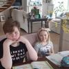 Paweł i Michalina podczas nauki w domu. Nie zawsze są pełni zapału do pracy.
