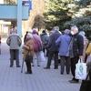 Kolejka przed sklepem przy ul. Pana Tadeusza w Olsztynie