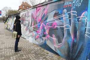 Mural w Olsztynie przypomina nam, że koronawirus związał wszystkim ręce [ROZMOWA]