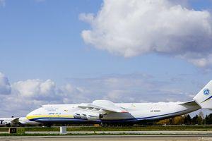 Do Polski przyleciał największy samolot transportowy świata ze sprzętem potrzebnym do walki z koronawirusem [VIDEO]