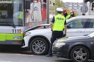 Bmw uderzyło w audi i autobus. Groźne zdarzenie na skrzyżowaniu w Olsztynie [ZDJĘCIA]