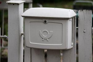 Zawieś skrzynkę pocztową  na ogrodzeniu