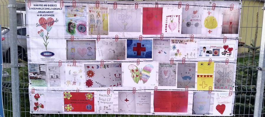 Rysunki od uczniów z Olsztyna pojawiły się na jednym ze szpitalnych ogrodzeń