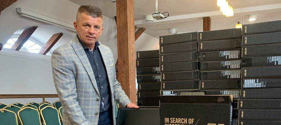 Wójt Gminy Ostróda Bogusław Fijas i zakupione z programu laptopy, które trafią do uczniów