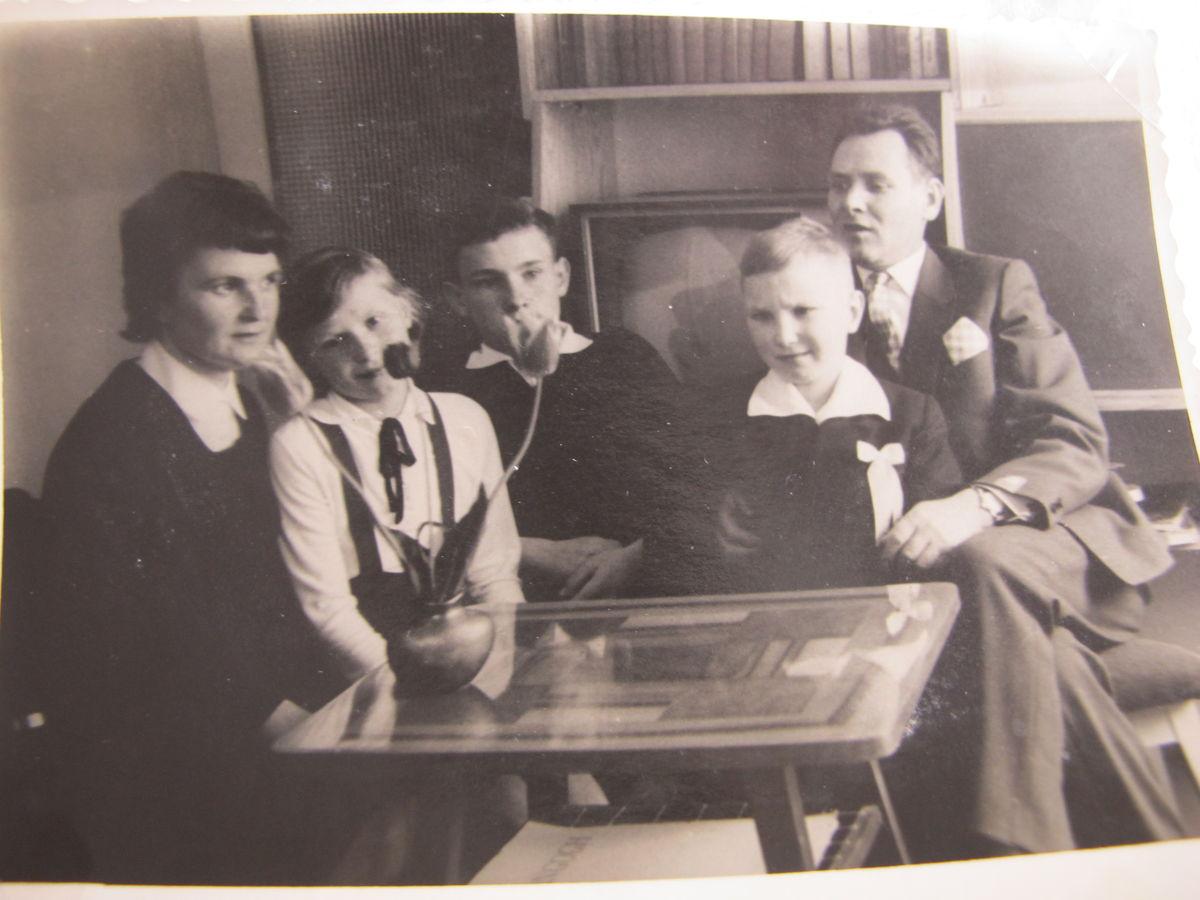 rodzeństwo Markiewiczów z rodzicami lata 70