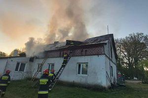 Pożar budynku mieszkalnego. W akcji gaśniczej ucierpiał strażak