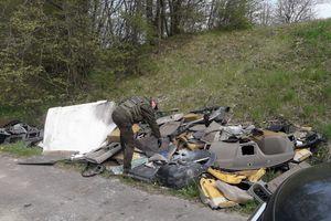 Śmieci przybywa, szczególnie w lasach. Nie pomagają nawet mandaty