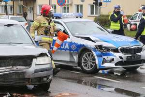 Zderzenie samochodu osobowego z radiowozem. Trzy osoby trafiły do szpitala [VIDEO, ZDJĘCIA]