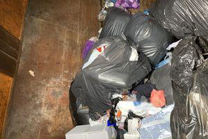 Przedsiębiorca podrzucał śmieci. Został przyłapany na gorącym uczynku