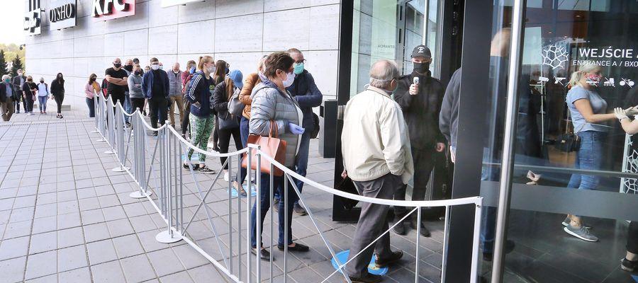 Galerie otwarto 4 maja. Wchodzącym mierzono temperaturę