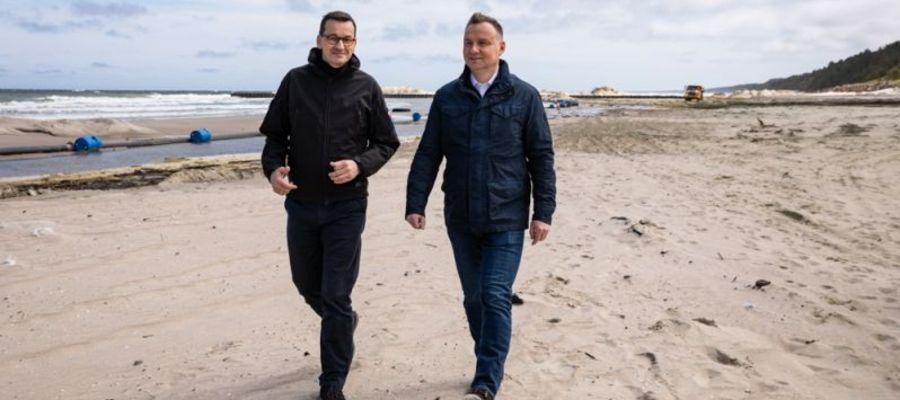 Premier Mateusz Morawiecki i prezydent Andrzej Duda na Mierzei Wiślanej