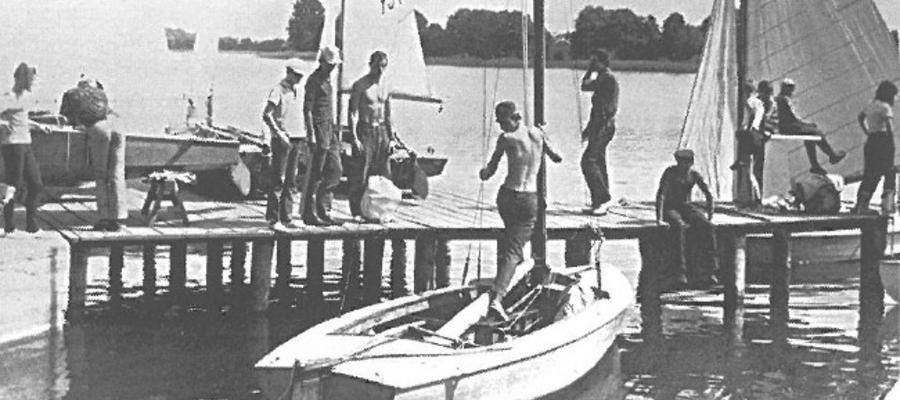 Rok 1968 lub 1969. Przygotowania w MOS Iława przed wypłynięciem na obóz żeglarski. Na zdjęciu Andrzej Karkulak, obok Andrzej Burza i Michał Rogatty (w czapce, wysoki)