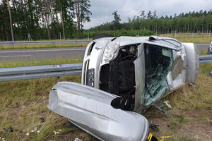 Samochód uderzył w bariery, dwie osoby trafiły do szpitala. Utrudnienia na drodze S7