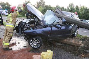 Wypadek na al. Obrońców Tobruku. Kierowca audi uderzył w latarnię [ZDJĘCIA, VIDEO]