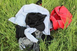 Policjanci poszukują właściciela torby z ubraniami pozostawionej na plaży