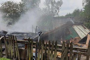 Wybuch butli z gazem mógł być przyczyną pożaru domu w Gardynach. Gmina pomoże starszemu rodzeństwu
