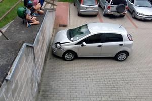 Wypadek w Ełku - kierowca wjechał w ścianę na jednym z osiedli