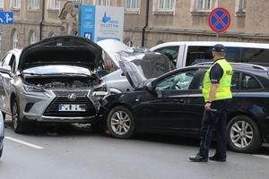 Trzy samochody zderzyły się w centrum Olsztyna. Dwie osoby przewiezione do szpitala