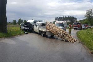 Pod Ostródą zderzyły się czołowo dwa samochody