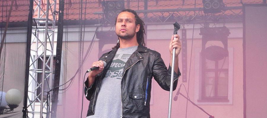 Bartas Szymoniak zaśpiewa na molo w Mrągowie