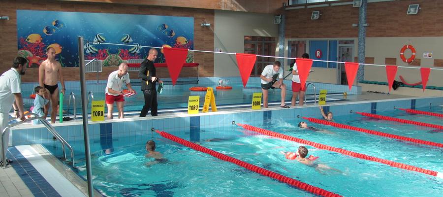 Zdjęcie ilustracyjne — zawody pływackie na basenie w Iławie