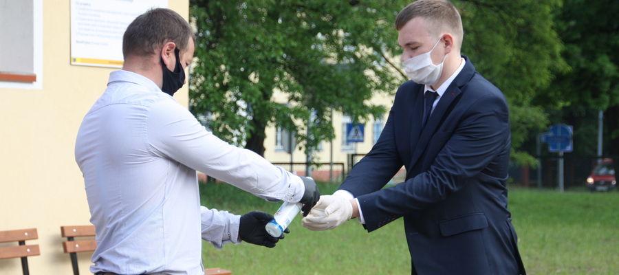 Matura 2020 w ZSEiI w Giżycku - przed wejściem na salę egzaminacyjną obowiązkowa dezynfekcja