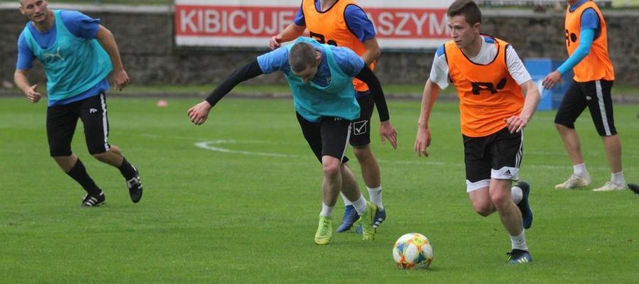 Jednym z testowanych w Jezioraku piłkarzy jest Michał Kwiatkowski (przy piłce — ostatnio GKS Wikielec). Trener Wojciech Figurski widzi dla niego miejsce w środku boiska w swojej drużynie