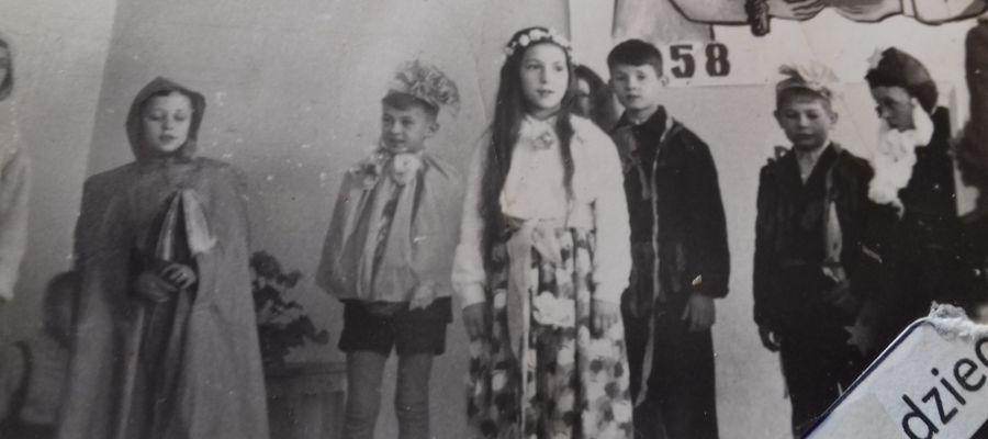 Ja jako Dziadek Mróz (pierwszy z prawej) w szkole podstawowej, 1958 rok