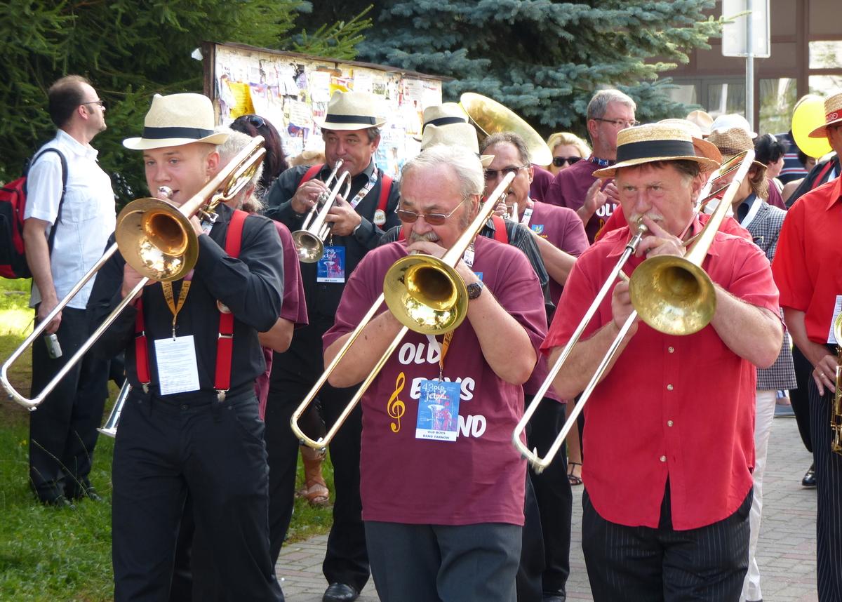 Zdjęcie ilustracyjne — parada jazzowa podczas Złotej Tarki 2013 - full image