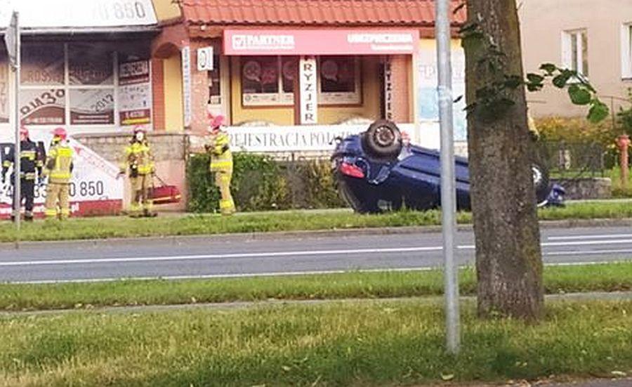 Skutki wypadku na skrzyżowaniu ulic. Paderewskiego, Bema i Bohaterów Warszawy w Bartoszycach.