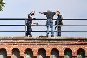 O krok od tragedii. Olsztyńscy policjanci uratowali dwóch niedoszłych samobójców [ZDJĘCIA]