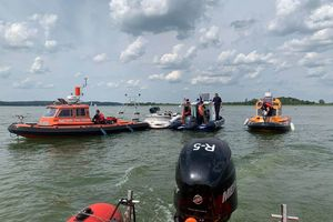 Siedem osób poszkodowanych w wypadku na Jeziorze Mikołajskim. W akcji karetki wodne i śmigłowiec LPR