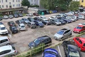 Dziki parking w śródmieściu Olsztyna cały czas za darmo