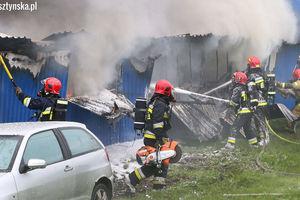 Pożar w Bartągu. Pali się hala z przyczepami kempingowymi [ZDJĘCIA, VIDEO, AKTUALIZACJA]