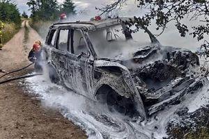Po zderzeniu z oplem terenówka spłonęła doszczętnie