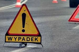 Wypadek na DK 53: dwie osoby ranne, droga zablokowana