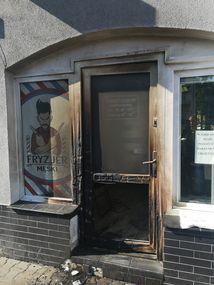 Skutki podpalenia zakładu fryzjerskiego w Bartoszycach.