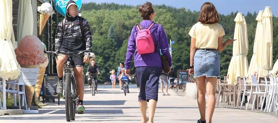 Na CRS Ukiel rowerzyści zjeżdżają ze ścieżki rowerowej i poruszają się wzdłuż deptaku, a tan jest tylko dla pieszych