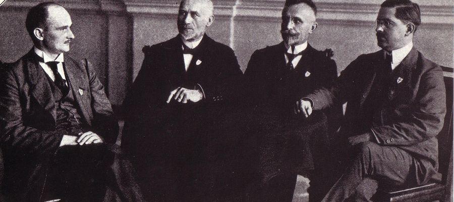"""Działacze """"Ostdeutscher Heimatdienst"""" (Wschodnioniemiecka Służba Ojczyzny) w Olsztynie. Od lewej: Borowski (radca miejski Olsztyna), Kurt Thiel (fabrykant), Paul Marks (radca regencyjny i weterynaryjny, Max Worgitzki (wydawca i właściciel mleczarni)"""