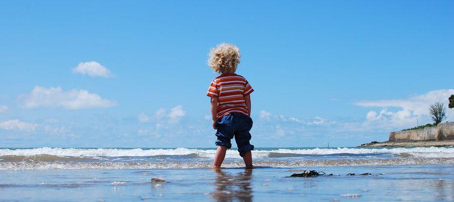 To rodzice decydują, czy dziecko na plaży jest ubrane czy biega nago