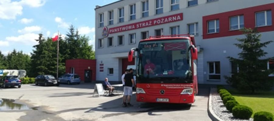 Specjalny  autobus, w którym można było oddać krew stanął przed siedzibą nowomiejskiej straży pożarnej
